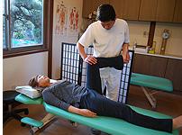 筋肉をほぐし、骨格の矯正を行います。